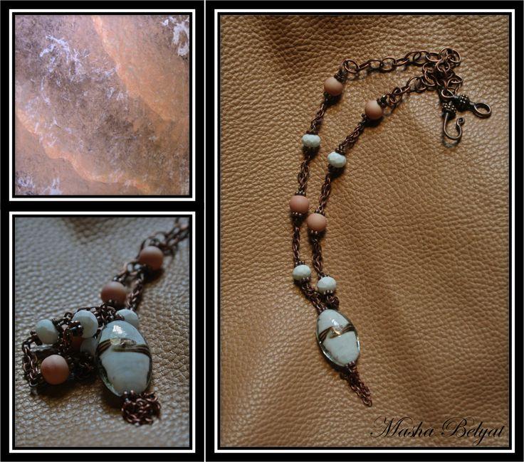 Collar semilargo. Metal color cobre, cristal murano, cristal $180 MXN