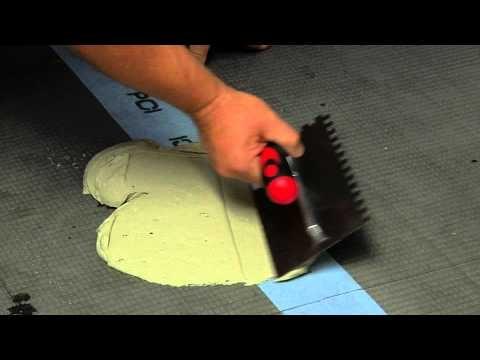 Her kan du se hvor enkelt det er å legge fliser på gulv i tørre rom.  Se også egen film om fuging av fliser. Skal du legge fliser på vegg i tørre rom eller over kjøkkenbenken har vi egne instruksjonsfilmer for dette.