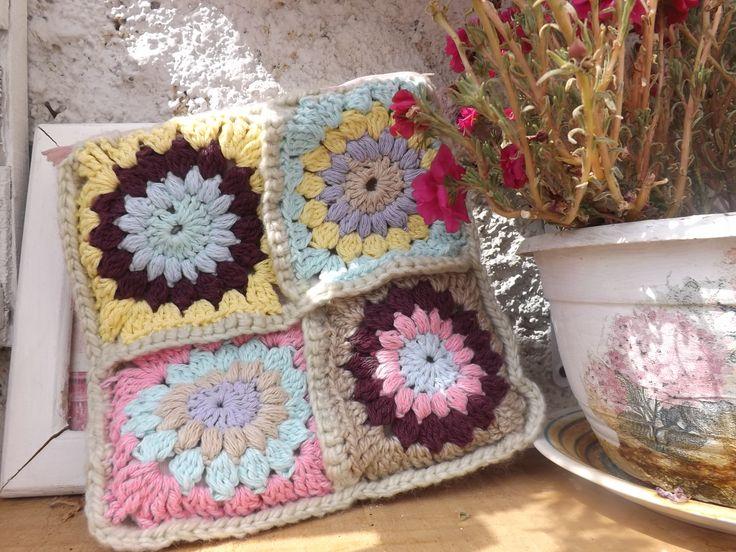 Ganny square. Estuche con 4 cuadritos a crochet.