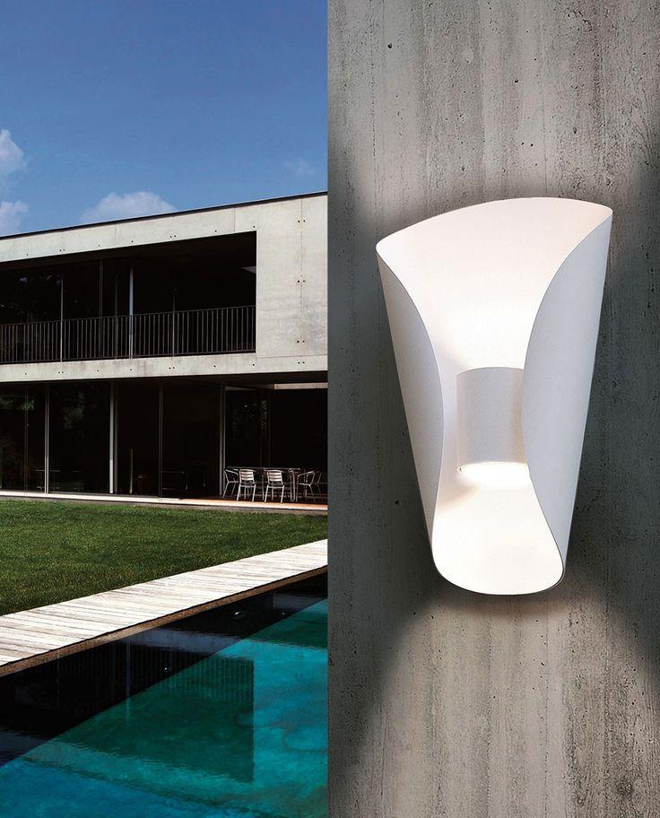 Bosaro er en elegant LED vegglampe til ytterveggen som har vakre linjer og passer for deg som vil ha noe som skiller seg litt ut. Lampen er produsert i stål og kommer utført i hvitlakkert galvanisert stål og i rustfritt stål. Den lyser både opp- og nedover og medfølgende LED lyskilder er utskiftbare.