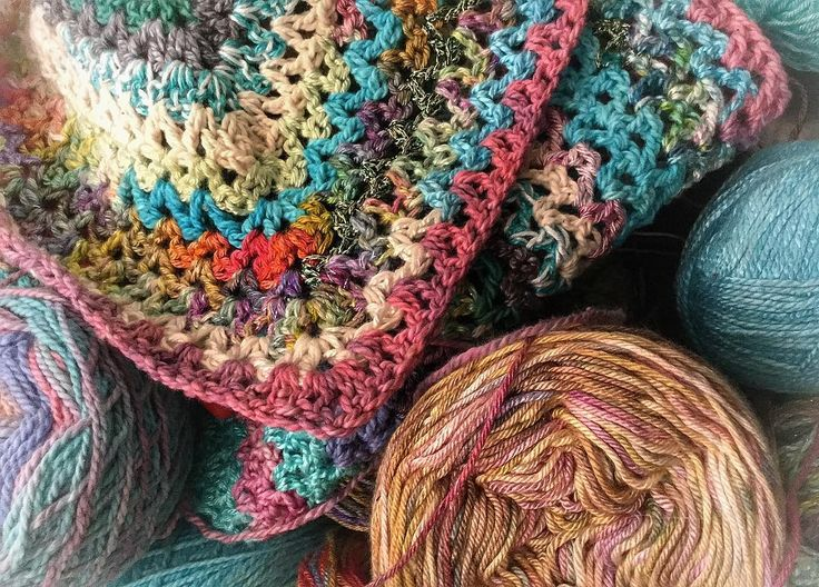 Can't wait to for lunchtime to get hooking on this shawlette again Happy Monday  #crochetconcupiscence #crochetcreations #vstitch #capturethecrochet #bhooked #craftastherapy #heklesjal #hekle_inspo #crochetshawl #naturalyarn #oneofakindyarns #crochet #crochetaddict #crochetersofinstagram by plasie3