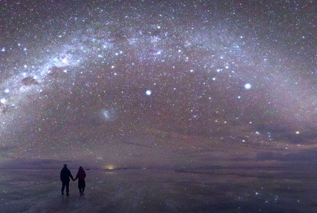 地上で「宇宙に行きたい」なら、この方法がある。星空のウユニ湖が、信じられないほど美しい