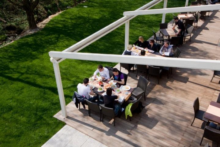 Pergole modele Unica 165 pentru terase, terase restaurant, terase hoteluri si pensiuni. Pergole retractabile cu structura autoportanta robusta din aluminiu recomandate pentru terase comerciale, calitate Gibus, pret excelent.