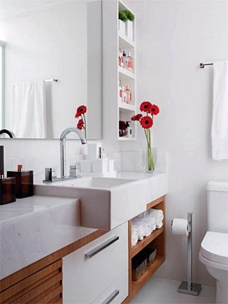 Uma seleção de banheiros e lavabos que tem em comum o uso do branco e da madeira, de verdade ou não. Uma combinação clássica e ótima para banheiros pequenos e com pouca iluminação natural...