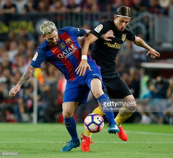 Barcelona's Argentinian forward Lionel Messi vies with Atletico Madrid's…