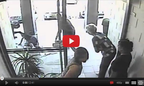 Handbag Thief Smashes Through Glass Door – Fail!