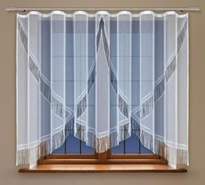 Wąskie wysokie okno jest szczególnie trudno przyozdobić. Mamy jednak dla Ciebie świetne rozwiązanie.  To Firanka konfekcjonowana (spaghetti).  Przepiękna szyfonowa z frędzlami posiada przepiękną fakturę oraz kształt. Dodaje oknom jak i wnętrzu lekkości i niepowtarzalnego stylu.    Wysokość x Długość: 160x300 cm Kolor: biały  Uwagi: wszyta #taśma_marszcząca  kasandra.com.pl