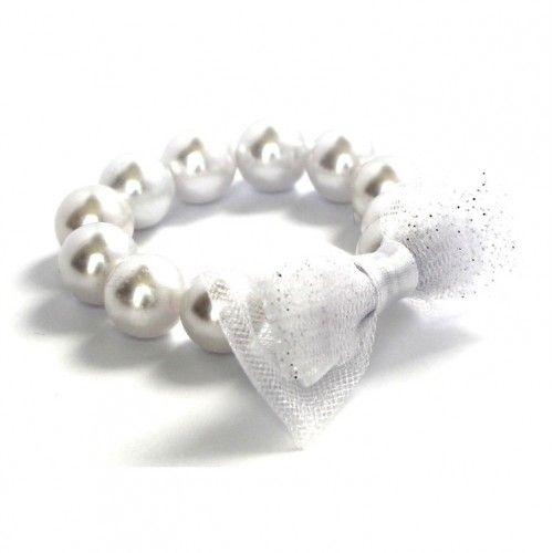 Tizenkét darab fehér, egyenként kb. 11 mm átmérőjű gyöngyből álló karkötő masnis díszítéssel.