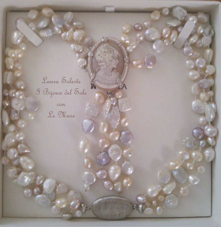 Collana di perle naturali con cammeo in madreperla. Disponibile in vari modelli. Natural pearl necklace with mother of pearl cameo. Available in various models. Venduto-Sold. Disponibile su ordinazione - Available on request