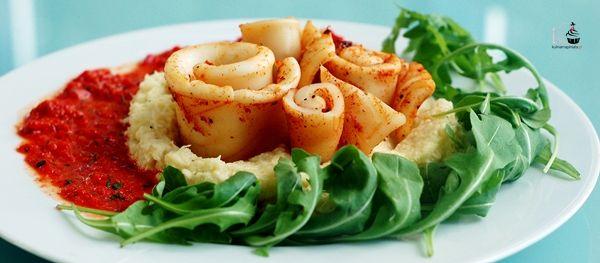 Pieczone kalmary z sosem z czerwonej papryki, podane z musem z kalafiora