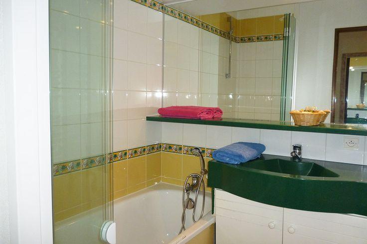 Une salle de bain de la résidence Royal Park à la Baule