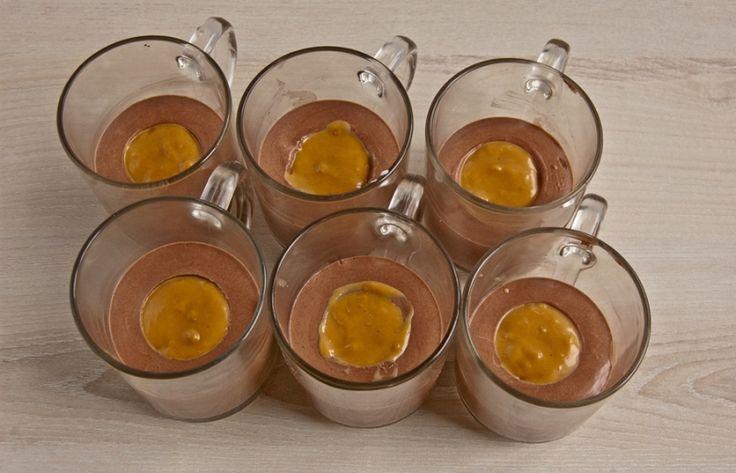 Lávový dortík – nepečený šlehačkový dezert s karamelem, krok 5: Do vzniklých důlků naneste karamelové salko.