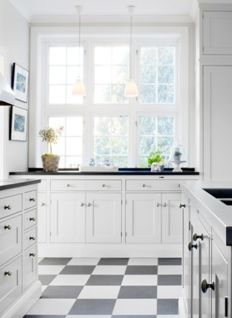 white kitchen//black/white tiles..