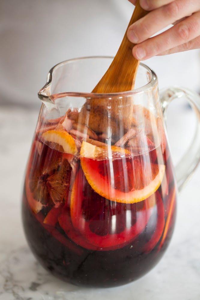 Bergen ijsblokjes en handgesneden fruit overgoten met zelfgemaakte sangria. De kan op tafel met een houten lepel erin et voila: we serveren je het ultieme vakantiegevoel! De traditionele rode sangria drinken we uiteraard graag, maar ken je ook deze sangria's die net even anders zijn? De klassieker Rode wijn, sinaasappellikeur, brandewijn, verse appel en sinaasappel …