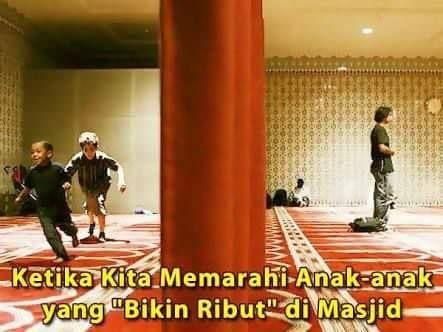 """Jangan pernah memarahi anak2 di Masjid !  MHQ : TAWA """"MALAIKAT"""" DI MESJID  Pengusiran dan penghardikan anak-anak di mesjid menjadi pemandangan biasa di Indonesia.Mata-mata tajam dan kata-kata kasar keluar dari BKM """"jahiliyah"""" ... kecamuk antara wajah sangar orangtua di rumah yang menghalaunya ke mesjid dan wajah seram BKM """"jahiliyah"""" yang mengusirnya ... seolah merengut kebhagiaan masa kecilnya...Jika anak-anak muslim berlari ... riang ... tawa...di mesjid itu lah ciri khas…"""