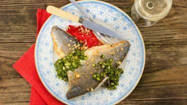 Op vel gebakken zeebaars met pesto van courgettes en crumble van parmezaan