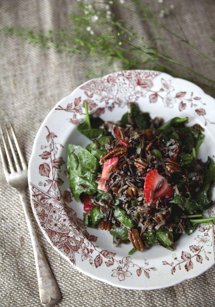 """Salade de riz sauvage fraises -  """"Pimpez"""" vos épinards grâce à cette recette santé débordante de saveur. Proposée par FraiseBec"""