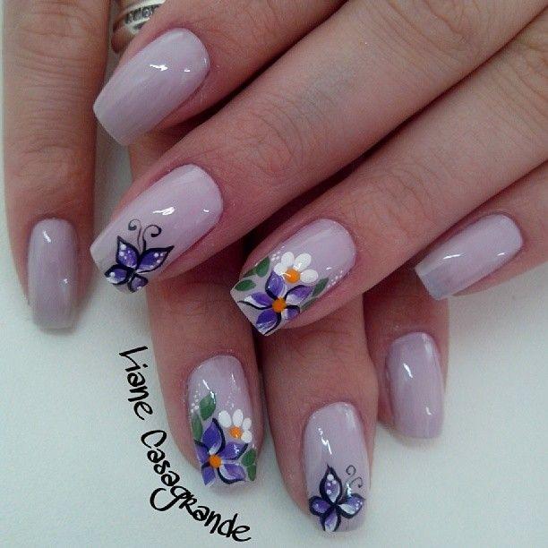 uñas rosa claro flores blancas y lilas