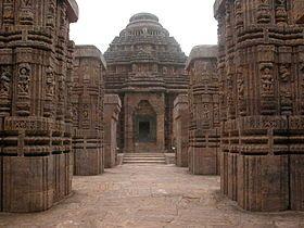 temple du Soleil. Ce temple qui date du XIIIe siècle est consacré à Surya, le dieu du Soleil. Sa forme est tout à fait originale : l'imposante structure représente le char de Surya, avec douze énormes roues de 3 mètres de diamètre de chaque côté, le tout tiré par sept puissants chevaux de pierre.