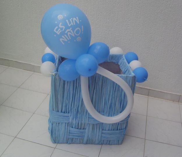 caja decorada con chupete hecho con globos