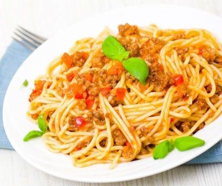 Espaguetis a la boloñesa: os proponemos una práctica receta de pasta, apta para todos los paladares y que seguro hará las delicias de los más jóvenes de la casa.  http://www.chefplus.es/receta/espaguetis-a-la-bolonesa
