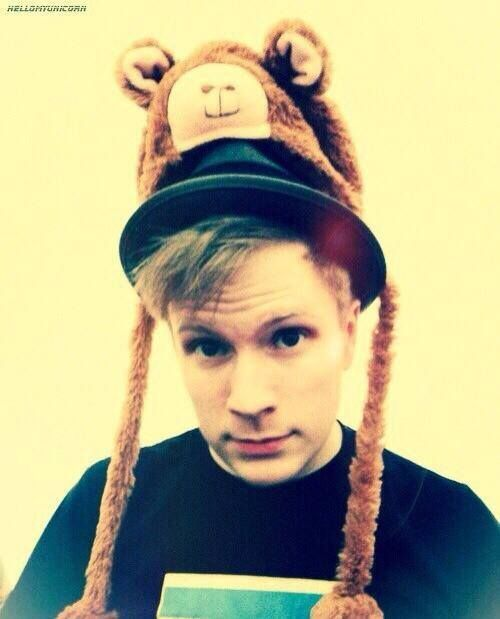 Are we not gonna talk about he fact that he has the llama hat oVER HIS FEDORA