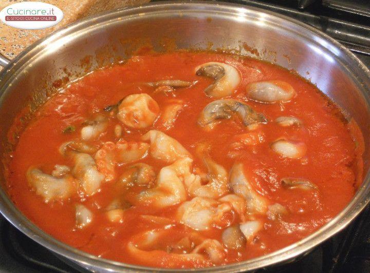 Prepara una squisita Zuppa di Canocchie Polpo e Merluzzo al Pomodoro e Basilico. Foto-ricetta completa, con spiegazioni facili! Scopri tutto!