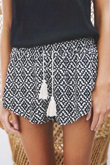 Short avec motif noir et blanc et pompon blanc