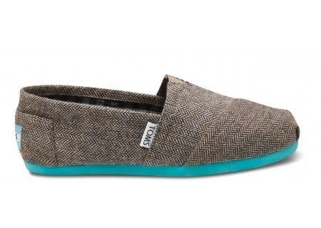 toms in neutral with a pop of color.