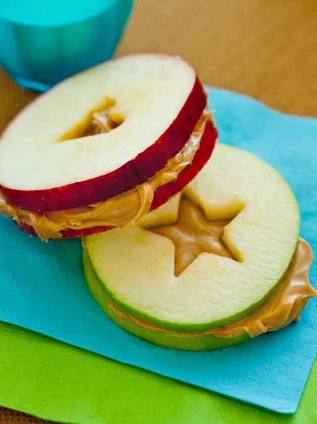 間にピーナッツバターをサンドして簡単おやつに。洋梨でもできます♪