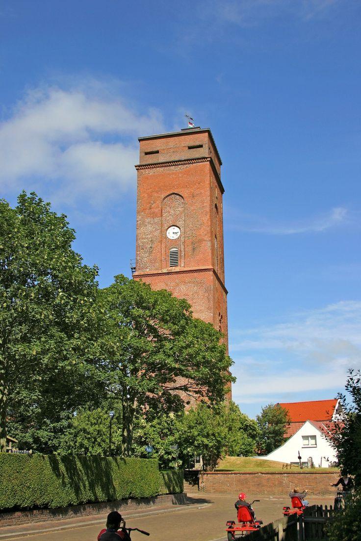 """Bevor das erste Seezeichen auf Borkum errichtet wurde, orientierten sich die Seefahrer am Kirchturm der Insel. 1576 wurde dann ein 45 m hoher Turm errichtet, der zuerst ein Tagesseezeichen war, ehe er ein Leuchtfeuer bekam. Bis 1879 tat der """"Alte Leuchtturm """" seinen Dienst."""