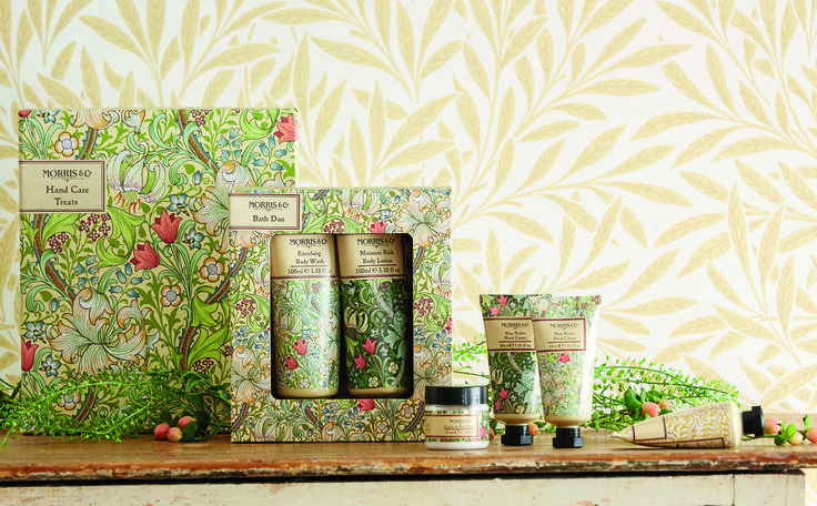 "MORRIS & CO GOLDEN LILY  Morris loved nature and his designs always featured naturalistic imagery of birds, flowers and leaves, "" Golden Lily"" is a glorious example. A dense and intricate floral pattern with lily flowers and country blooms intertwined with swaying briar leaves. The fresh citrus scents of tangerine and bergamot, blended with cinnamon and nutmeg spices on an earthy base of cedarwood have been counterpoised to complement the naturalism of his design."