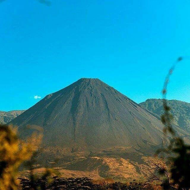 """Volcán de Izalco, """"El Faro del Pacífico""""- Sonsonate. Foto de Ricardo Mena, El Salvador"""