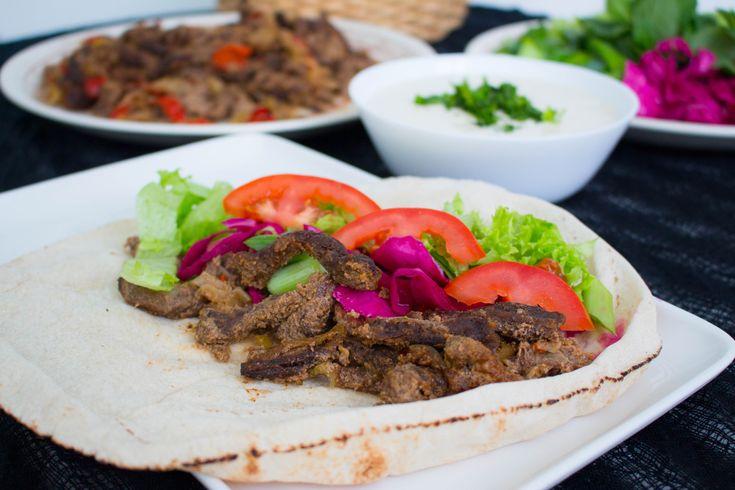 Shawarma är en blandning mellan kebab och pulled beef. Det är så gott att det nästan är för gott! Det finns en precis likadan variant med kyckling, recept hittar du HÄR!Köttet ska marineras i flera timmar för absolut godast smak och konsistens. Det serveras i en rulle som kebab tillsammans med tarator (kebabsås gjord på tahini) och grönsaker. Mmmm…   6 portioner Shawarma 1 kg nötkött, tex fransyska eller högrev Marinad: 2 dl turkisk yoghurt 0,5 dl ketchup 0,5 dl olivolja 3 st pressade…