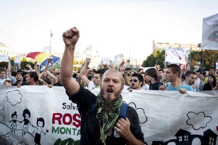 """Mihnea Blidariu, activist în campania """"Salvati Roşia Montană"""" şi component al formaţiei Luna Amară, protestează faţă de exploatarea minereurilor din perimetrul #rosiamontana, în Bucureşti, duminică, 1 septembrie 2013. (  Tiberiu Crişan / Mediafax Foto  ) - See more at: http://zoom.mediafax.ro/news/protestele-lunii-septembrie-11383258#sthash.WbQolVgX.dpuf"""