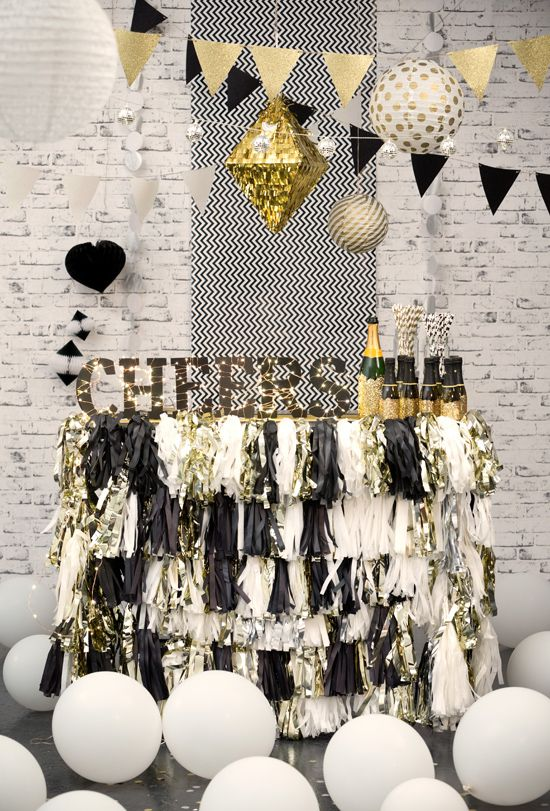 black, gold and white wedding colors!