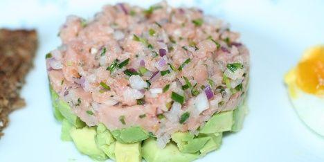 Nem, lækker, sund og flot forret. Der er mange gode grunde til at prøve denne røgede laksetatar med avocado.