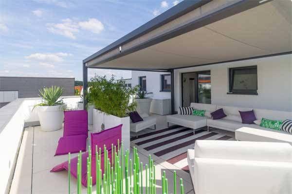 Loungemöbel sind auf großen Dachterrassen der Blickfänger. Farbakzente in pink und grün mit großen Pflanzkübeln bieten eine sinnvolle Ausnutzung des Platzes.