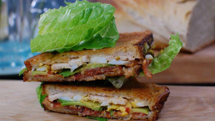 En klassisk klubbsmörgås i sin bästa tappning någonsin! Med alla smaker i varje tugga. Saftig av grönsaker, med sälta av bacon och kycklingfilé och med ett krämigt sting av pepparrotsmajonnäs. Till lunch eller kvällsbit - se till att du provar Strömsös supertunna club sandwhich!