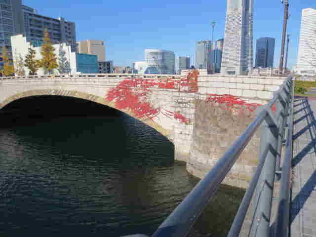 蔦の紅葉が美しい万国橋。名古屋観光名所一覧。