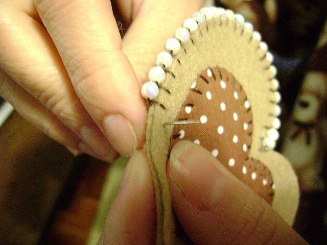 Beaded blanket stitch ... you could easily change the shape and create beautiful decorations for the Christmas tree, etc.
