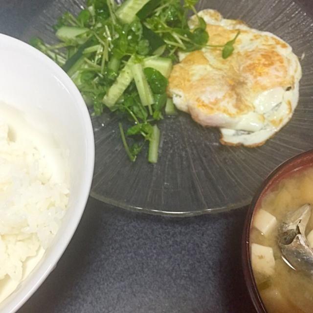 朝から魚食べた。あ、あ、目玉焼きがのってるーーー!(ターンオーバー)  #朝食 - 7件のもぐもぐ - 煮干ネギ豆腐味噌汁、目玉焼き、白米、豆苗キュウリサラダ by ms903