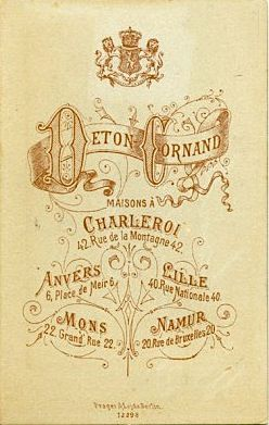 DETON CORNAND - Charleroi (thecameracollector.be Les propriétaires, Eugène DETON et son épouse Césarine CORNAND, débutèrent à Charleroi en 1885. Joseph Piron était gérant de la succursale namuroise. Il a repris le magasin à son compte en 1895.