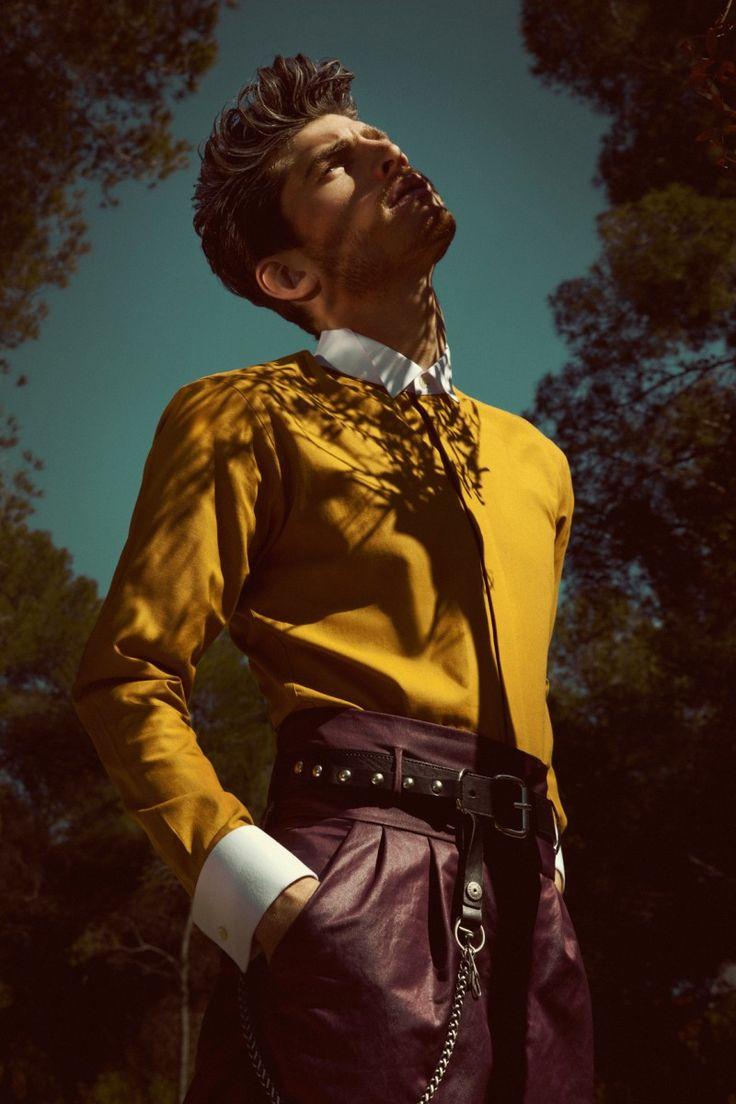Calça de couro para homens em uma das cores do momento, o vinho!  #fashion #editorials #style #editoriasdemoda #mens