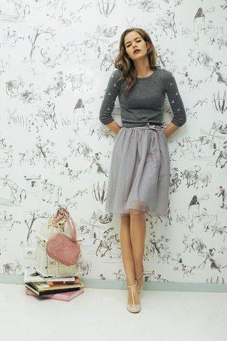 grauer verzierter Pullover mit einem Rundhalsausschnitt, grauer ausgestellter Rock aus Tüll, hellbeige Leder Pumps, rosa Wildleder Umhängetasche für Damen