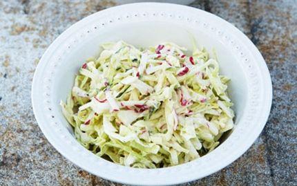 Sommer-coleslaw med rygeost