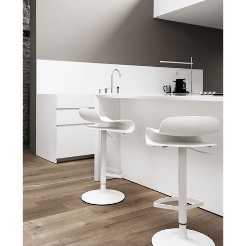 De BCN van Kristalia is een stijlvolle draaibare barkruk met stabiele basis. De zitting is gevormd in een elegante s-vorm, die zeer comfortabel zit. De kruk is in hoogte verstelbaar en een aanwinst in de keuken!