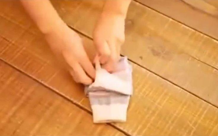Voor we deze video zagen, waren er twee opties: of je vouwt je sokken op de eeuwenoude manier op (lees: zoals je moeder je dat leerde), of je gooit ze gewoon allemaal in een lade, waarbij het geregeld voorkomt dat je twee verschillende sokken draagt. Maar nu is er dus een nieuwe techniek opgedoken om je sokken op te vouwen. En het duurt maar 16 seconden!