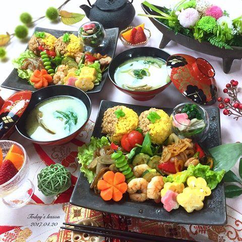 . 今日は脂質を控えめにした、 お弁当に入れられるお料理🍱 . というリクエストでしたので☺️ 和ンプレートにしました🍁 . . ✿ 鶏と彩り野菜の照り焼き ✿ 海老とズッキーニのアンチョビソテー ✿ ほうれん草と木の子のおひたし ✿ お花の卵焼き ✿ ピリ辛きんぴらごぼう ✿ 三色おにぎり ✿ あさりと三つ葉のお味噌汁 . . 娘さんに毎日お弁当を作ってあげてるそうで、 仕事に行く前からもう疲れきっちゃうそう😭 . お弁当作りをされているママ達、 本当に毎日スゴイ😂🙏🏻💕 . . うちは出来れば、給食と食堂で なるべくお弁当を避けたいと願っております🙏🏻 . . あと、アイコン替えたので、 こいつ誰⁉️ってなった方いますよね🤣 . . 結婚式は挙げてないのですが、 お友達の結婚パーティでハワイに 行った時に✈️ ドレスだけ着て撮影したやつです☺️ . 顔面には自信ないし…で、コレに💁🏻笑笑 . またアイコンに飽きるまではこの📷で お付き合いください🐷💓 . . ------🍳------🍳------🍳------🍳…