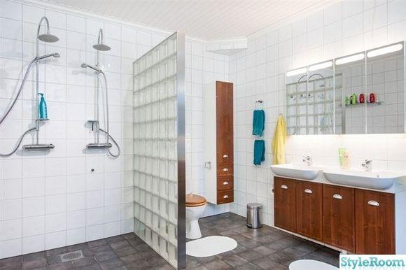 Det där med två duschar vid varandra blir lite gympasal. Men snyggt betongglas.